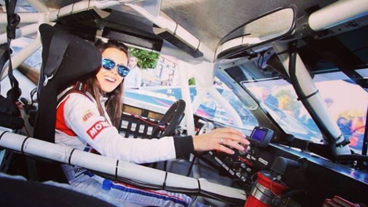 Gabriela Prado testa carro da Fórmula Vee