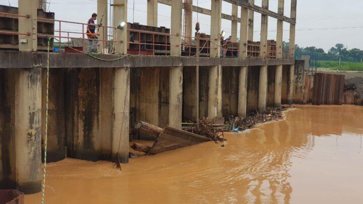 Alto volume de turbidez no Rio Itajaí-Mirim faz Semasa paralisar captação