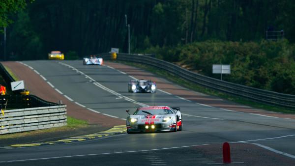 Casal Robertson com seu Ford em Le Mans no ano de 2011. (Foto: Divulgação)