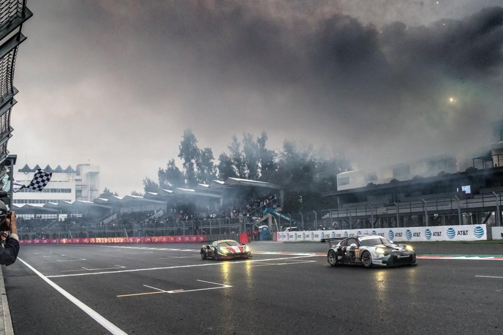 Chegada apertada na classe GTE-AM com Porsche vencendo e Ferrari na segunda colocação. (Foto: Adernalmedia)
