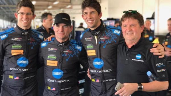 Jeff Gordon entre os irmãos Taylor e Wayne, dono da equipe. (Foto: Wayne Taylor Racing)