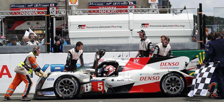 O abandono da Toyota em 2016, na última volta, foi o ponto alto de uma prova dominada pelo time japonês. (Foto: Divulgação)