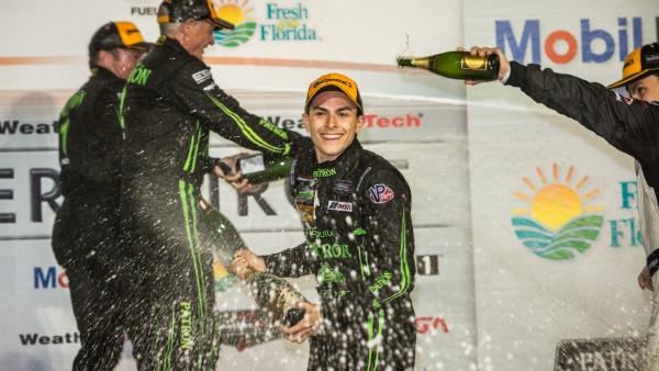 O piloto comemora sua vitória em Sebring no ano passado  (José Mário Dias)