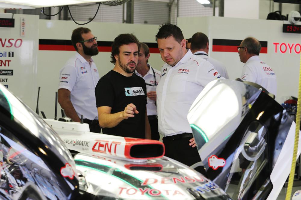 Alonso nos boxes da Toyota. (Foto: Divulgação)