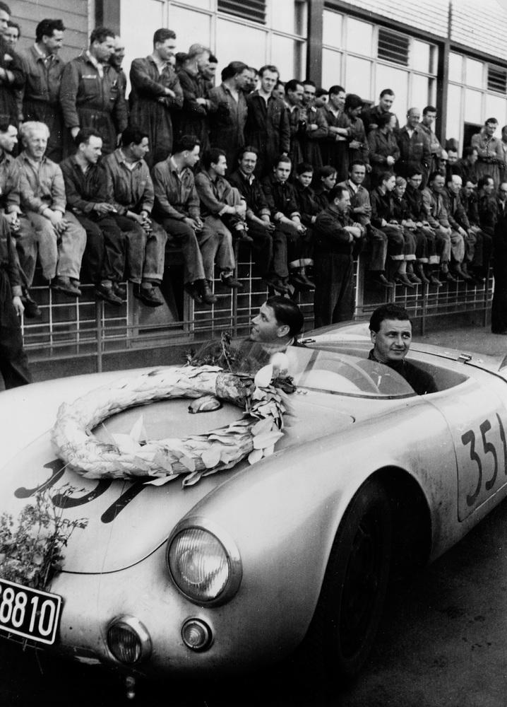 Hans Herrmann e Herbert Linge apos a victoria na Mille Miglia, 1954. (Foto: Porsche AG)